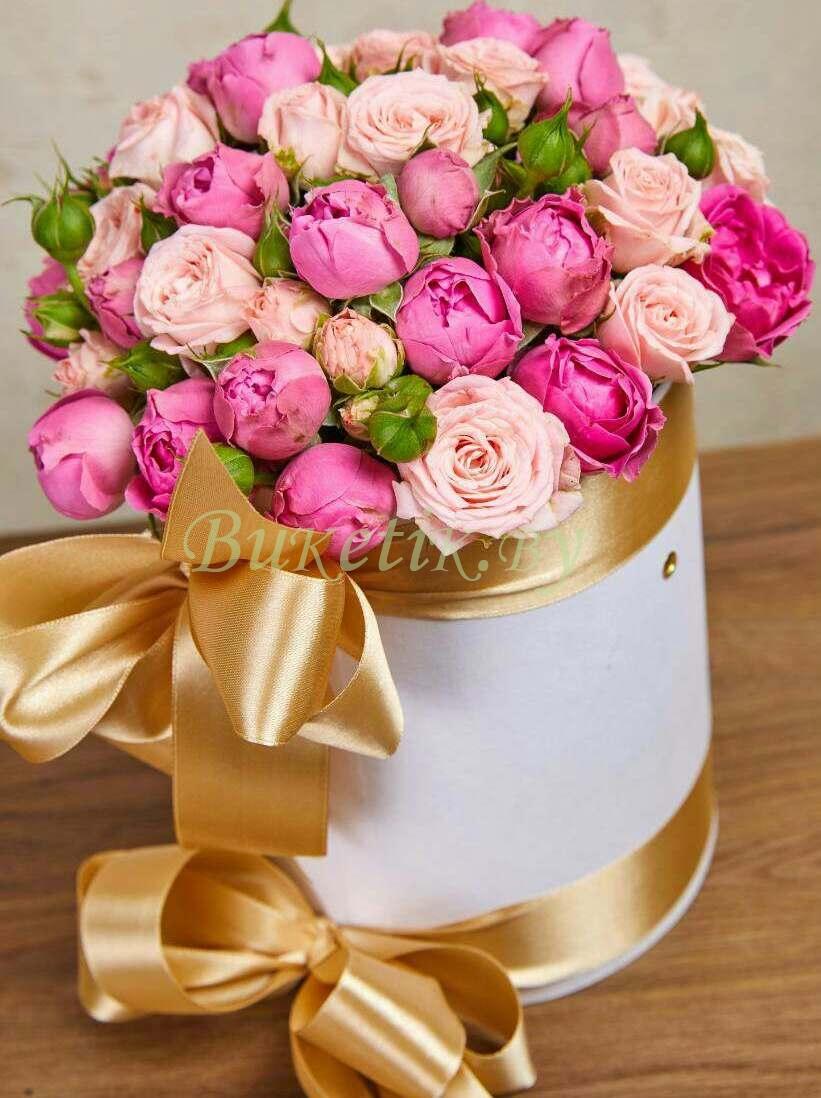 Букет из пионовидных кустовых роз в шляпной коробке