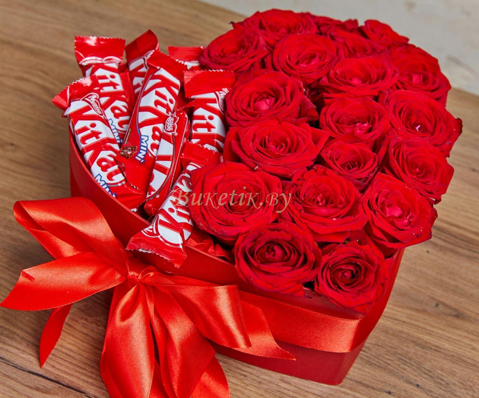 Композиция в форме сердца из роз с Кит-катом