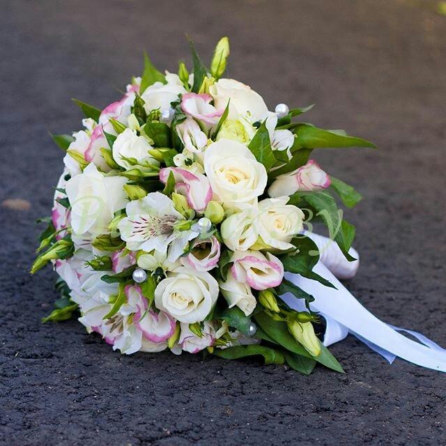 Бело-зеленый свадебный букет
