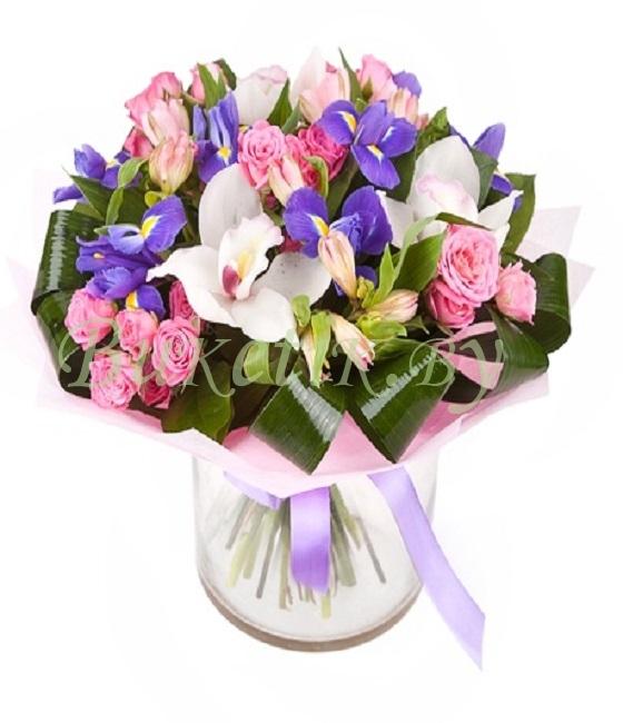 Красивый букет из ирисов и кустовых роз \
