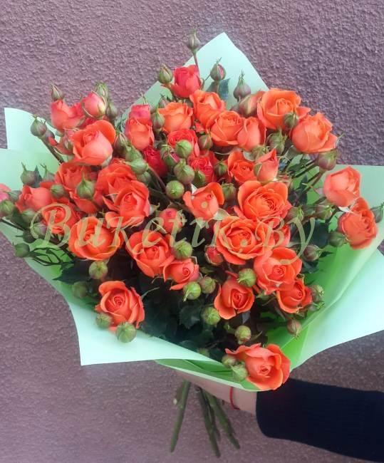 Букет из оранжевой и алой кустовой розы
