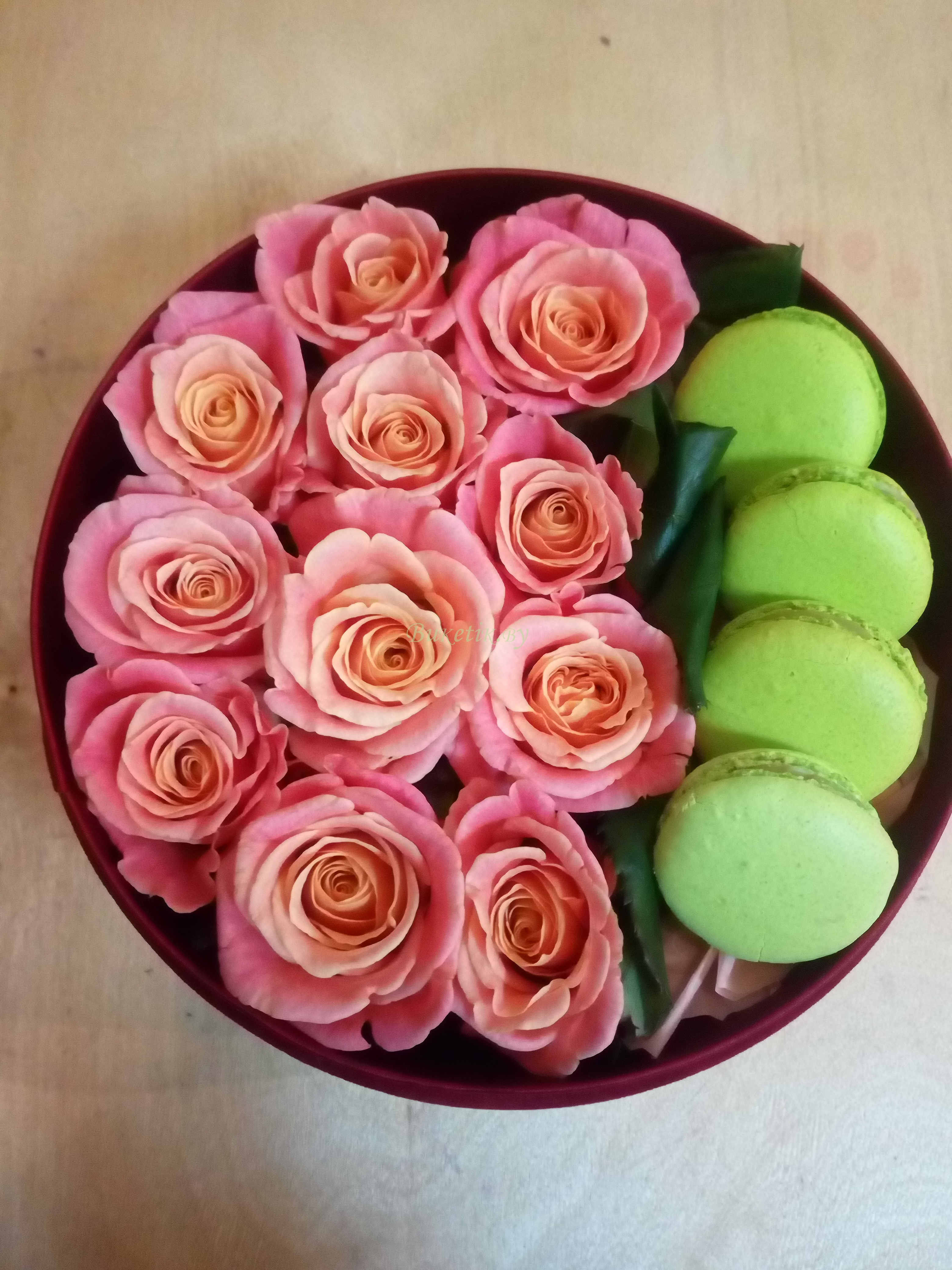 Коробка с розами и 'Макаронами'