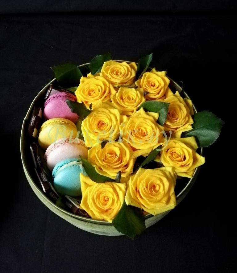 Коробка с желтыми розами и сладостями \'Макаронами\'
