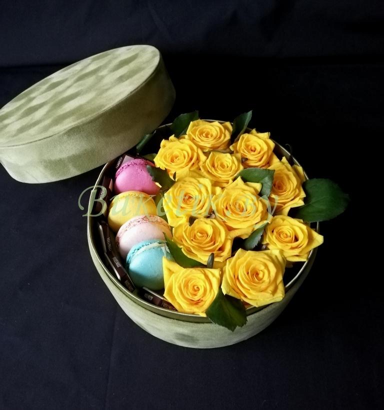 Коробка с желтыми розами и сладостями 'Макаронами'