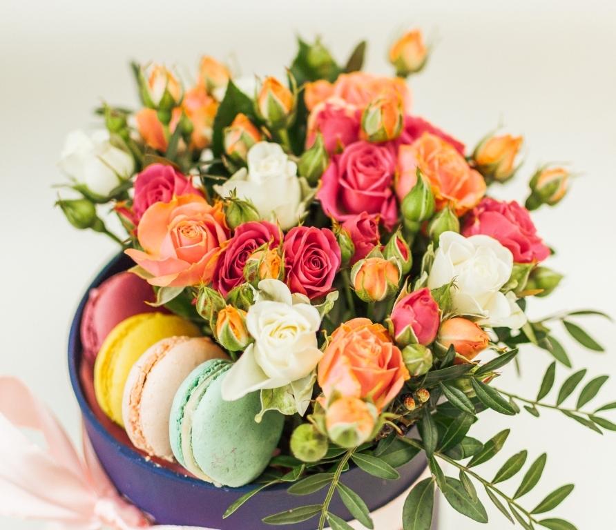 Композиция из кустовых роз и сладостей \