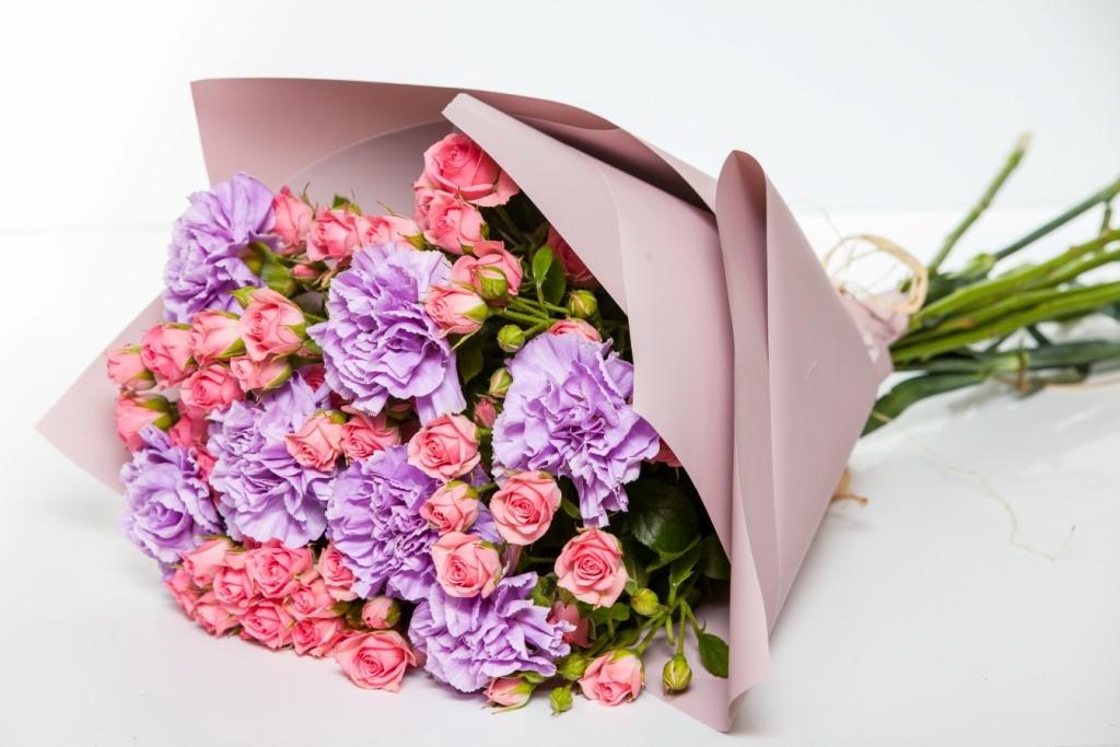Букет из  гвоздики и кустовой розы