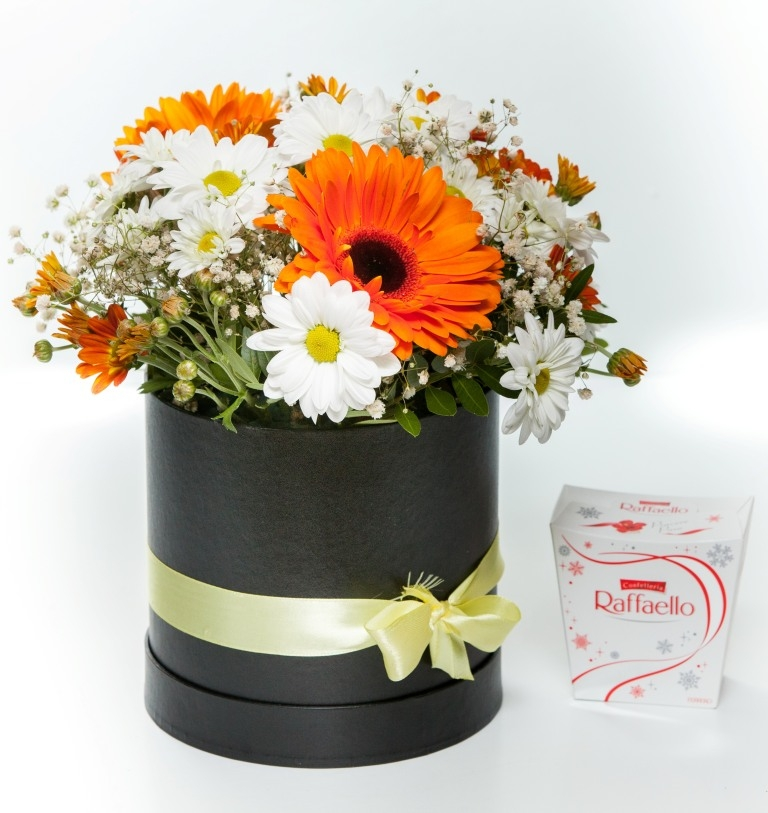 Коробка с оранжевой герберой