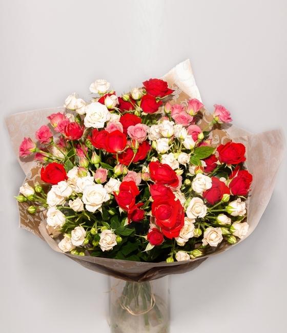 Букет из 15 кустовых роз разного цвета