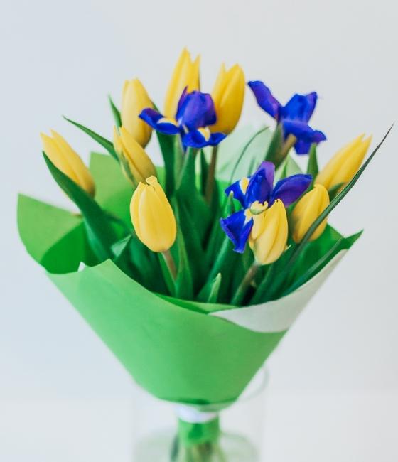 Букетик из ирисов и желтых тюльпанов