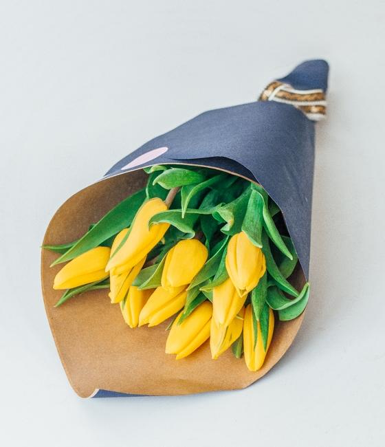 Желтые тюльпаны в крафте