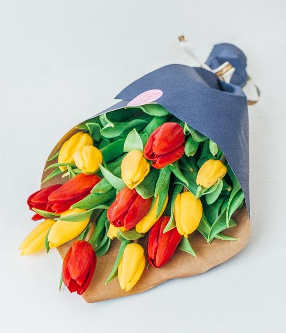 Желтые и красные тюльпаны в крафте