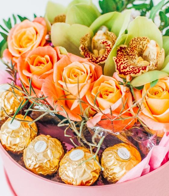 Композиция из роз, орхидей и конфет Ferrero