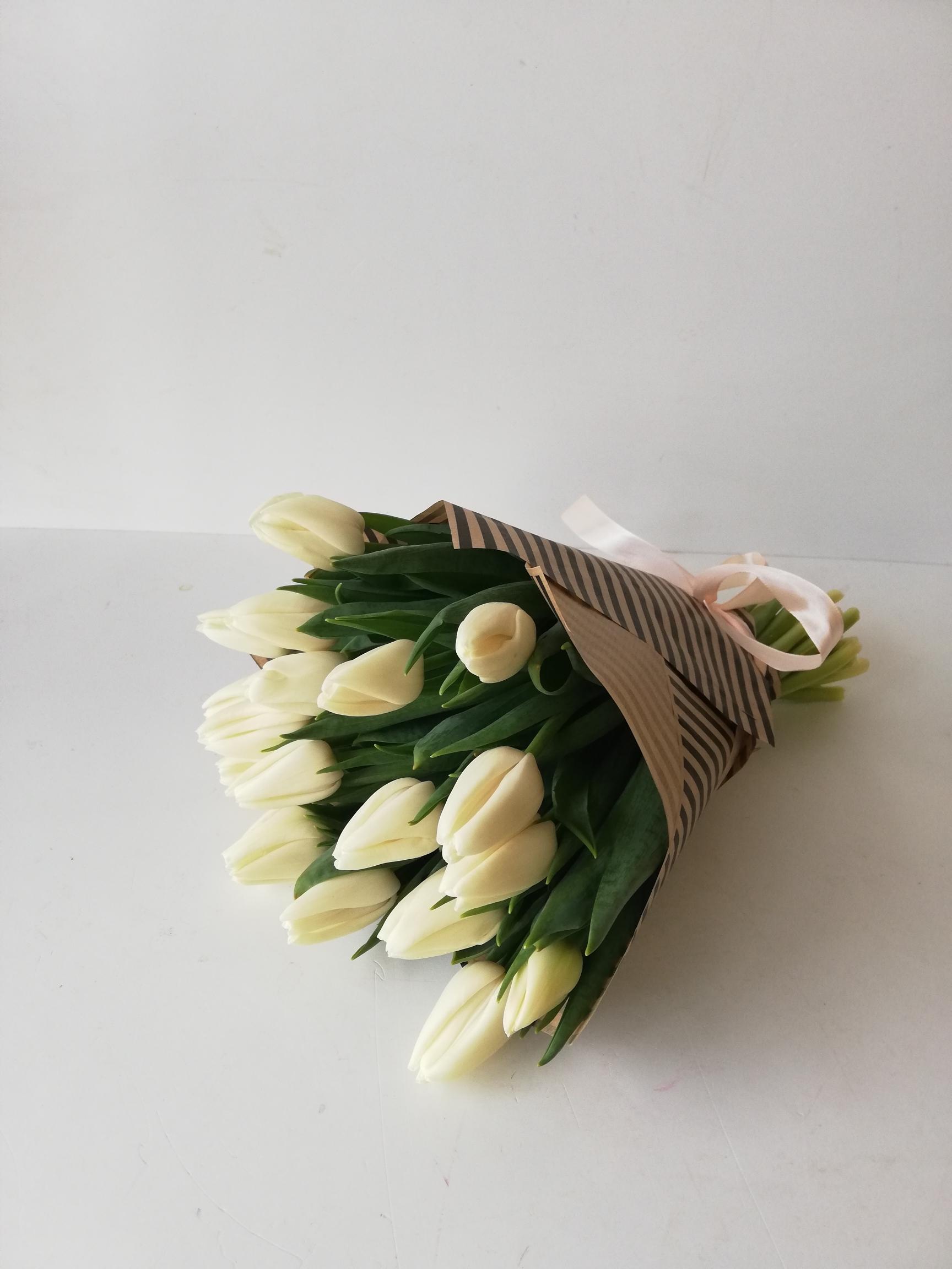 Букет из 15 белые тюльпанов в крафте