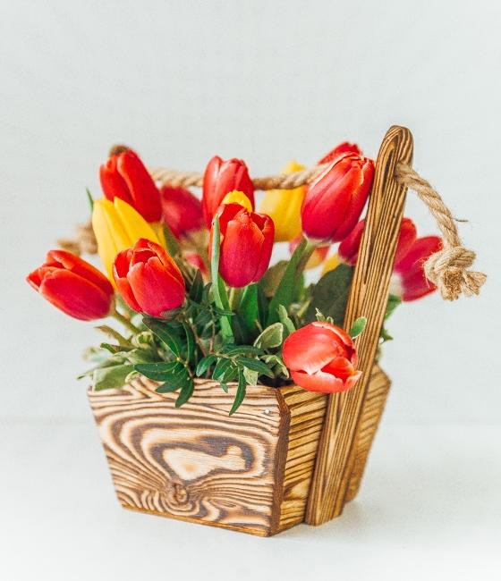 Композиция в стильном кашпо из 19 тюльпанов