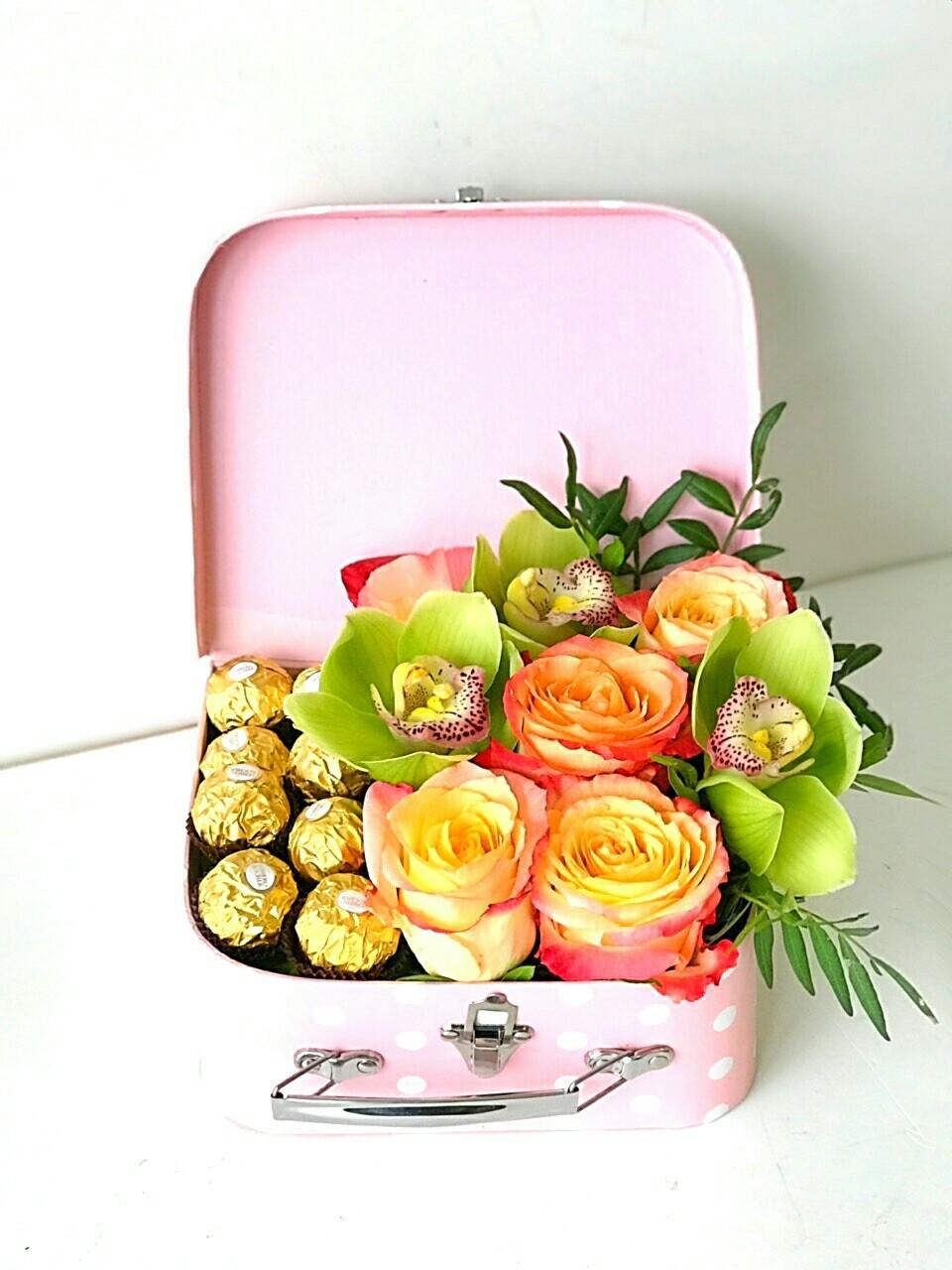 Композиция из цветов в чемоданчике