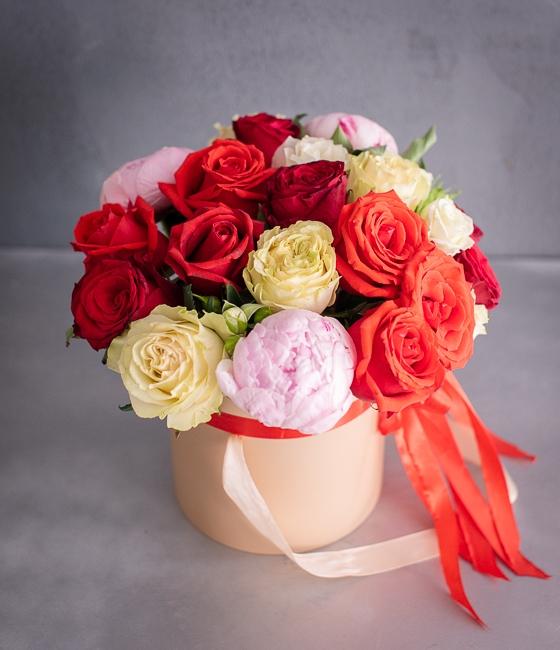 Элегантная цветочная композиция в шляпной коробке