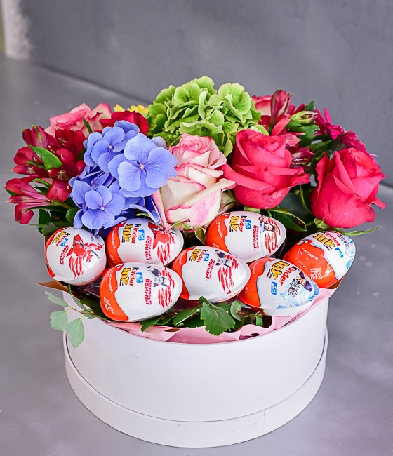 Композиция из цветов и сладостей