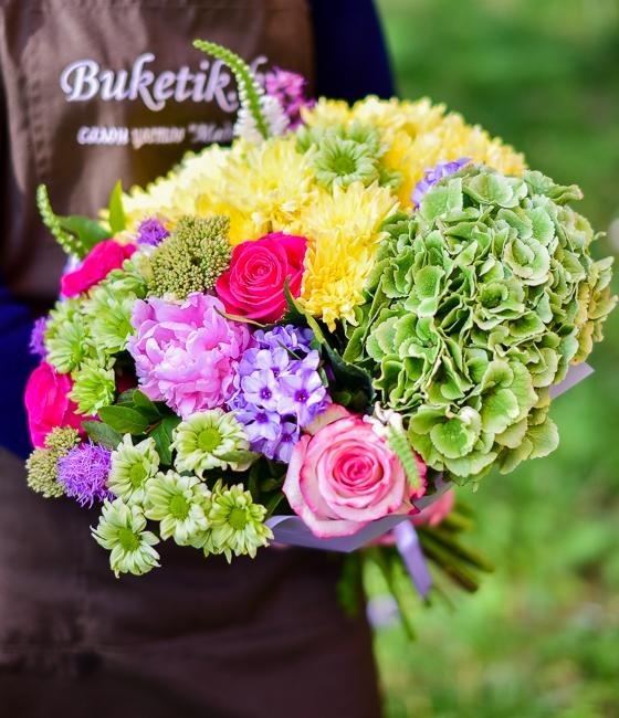 Яркий букет из летних цветов