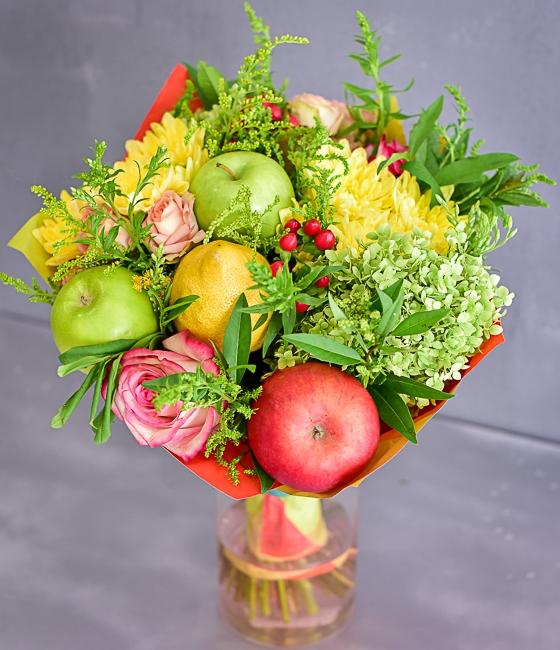 Фруктовый букет из сезонных плодов