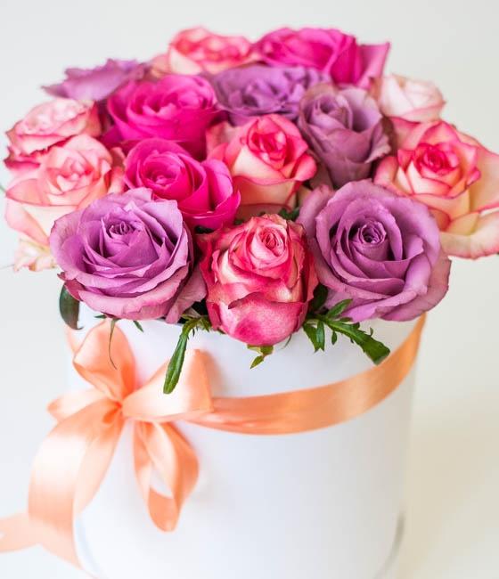 Роскошные розы в шляпной коробке