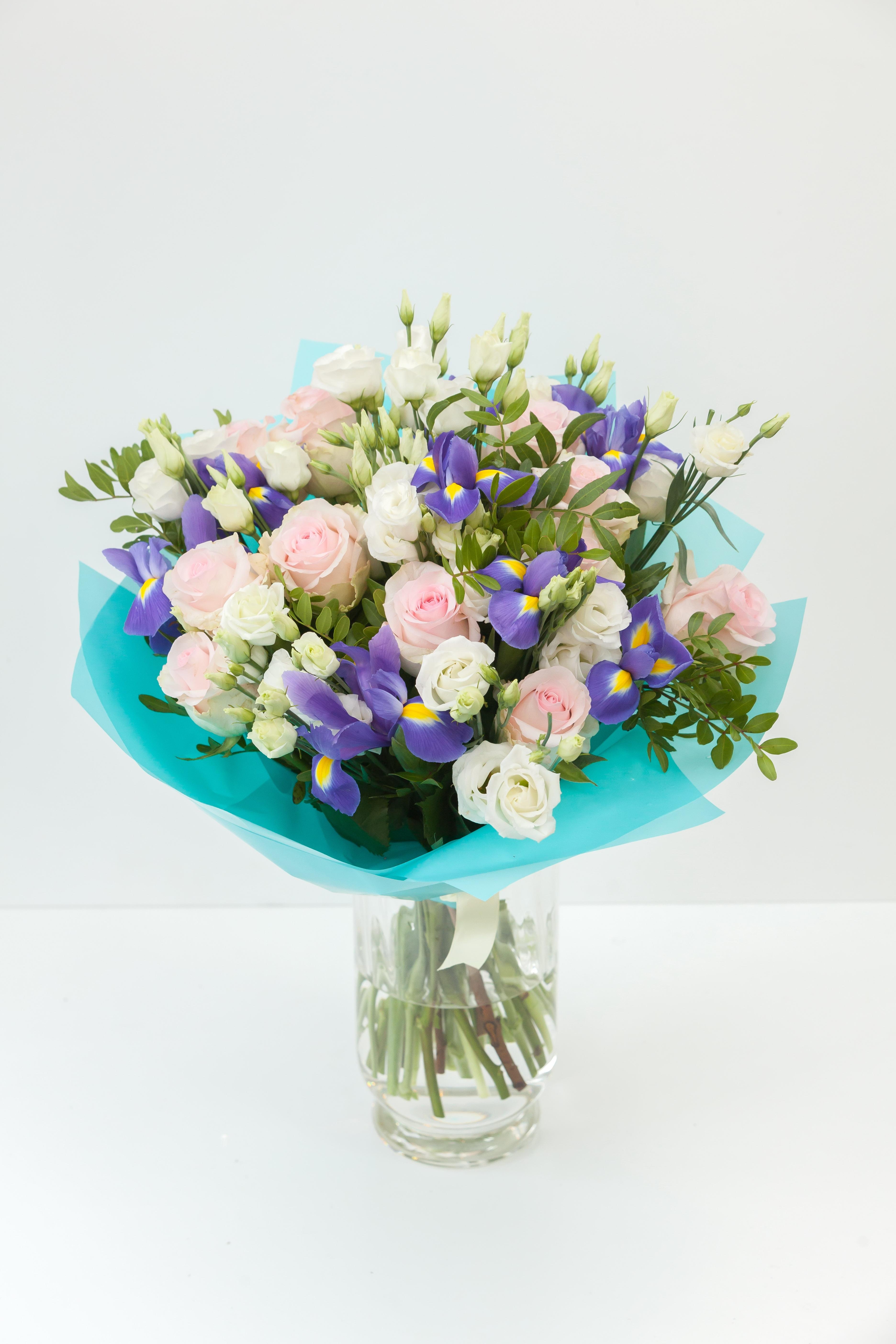 Букет из ирисов, эустомы и  розовых роз \