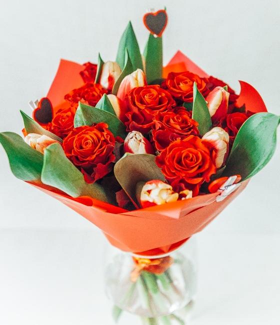 Букет к Дню влюбленных из алых роз и тюльпанов