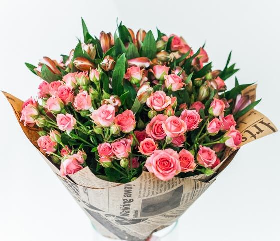 Букет из кустовых роз и альстромерии \