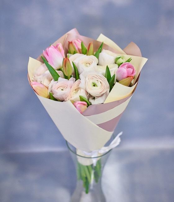Весенний букет из Ранункулюсов (Лютиков) и тюльпанов