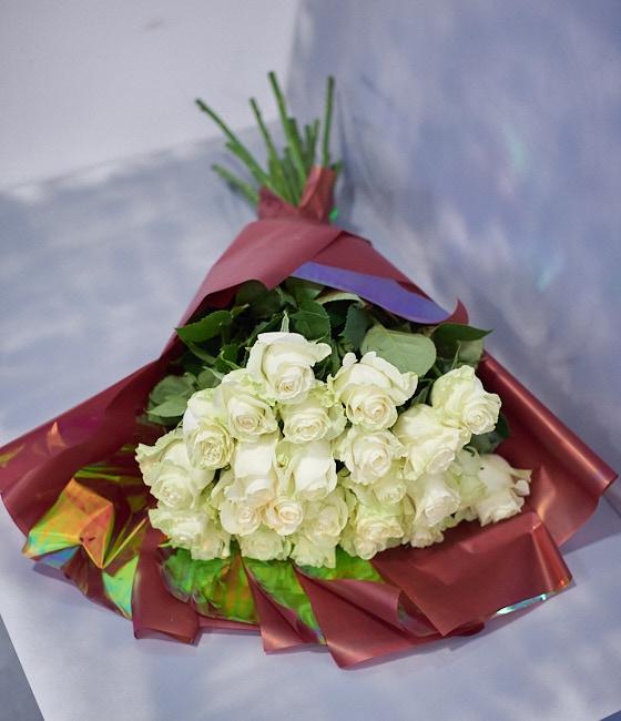 Белые розы 70см (25,51 или 101шт)