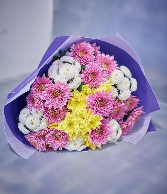 Букет из 15 хризантем (двух цветов)