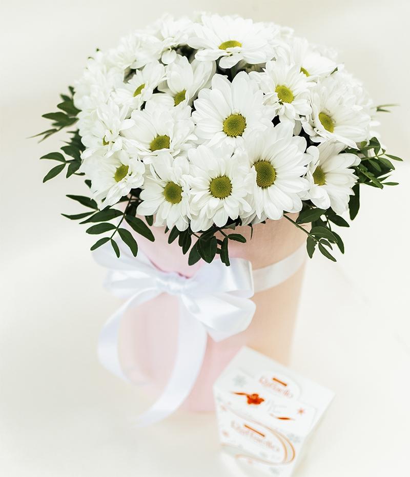 Цветочная композиция из  хризантем в шляпной коробке