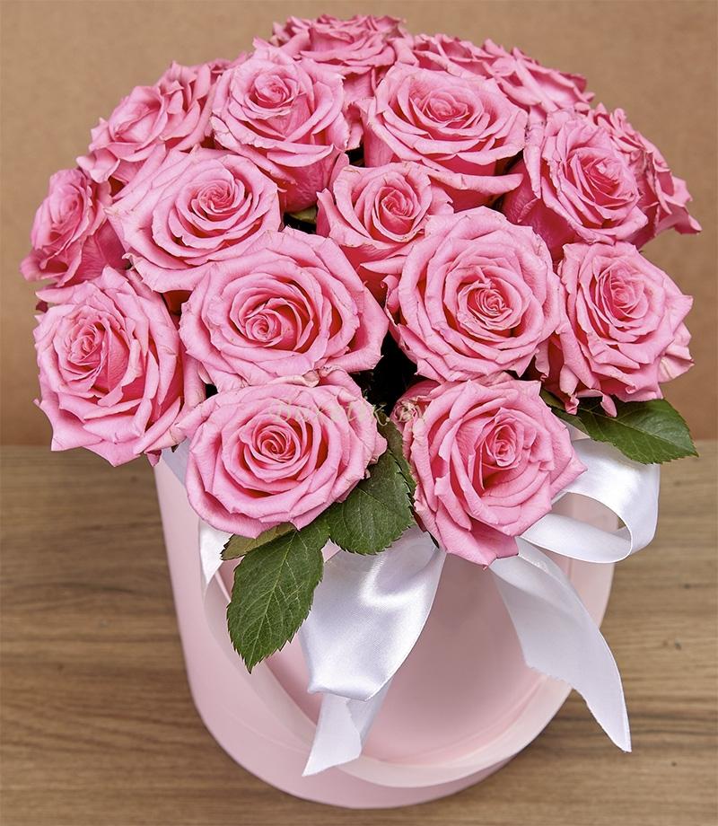 15 шикарных розовых роз в шляпной коробке