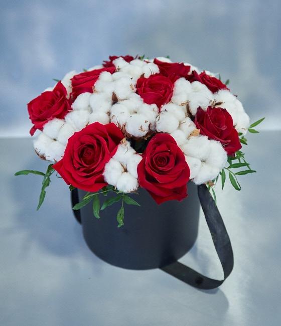 Коробка с розами и хлопком