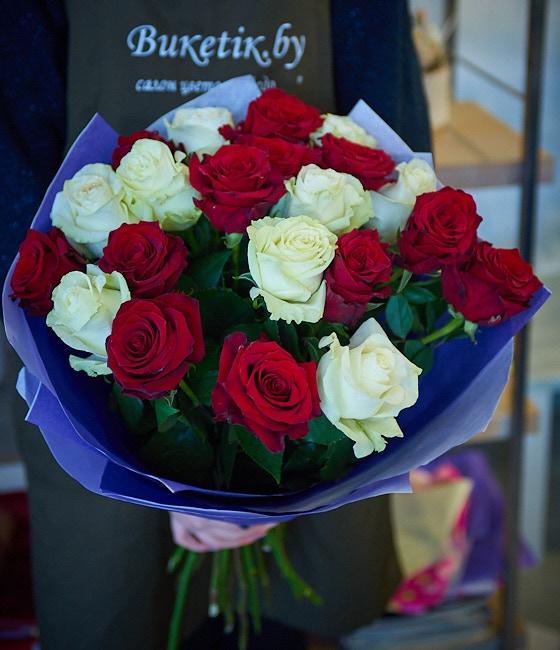 Букет из 25 роз (красные и белые)
