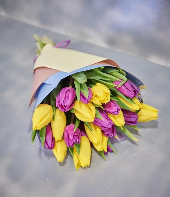 Букет из  желтых и сиреневых тюльпанов (25шт)