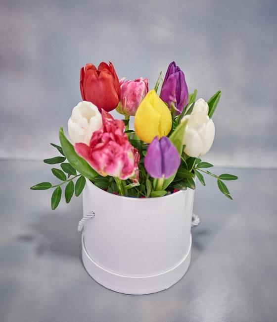 9 тюльпанов в шляпной коробке