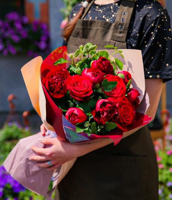 Букет яркий из роз и пионов