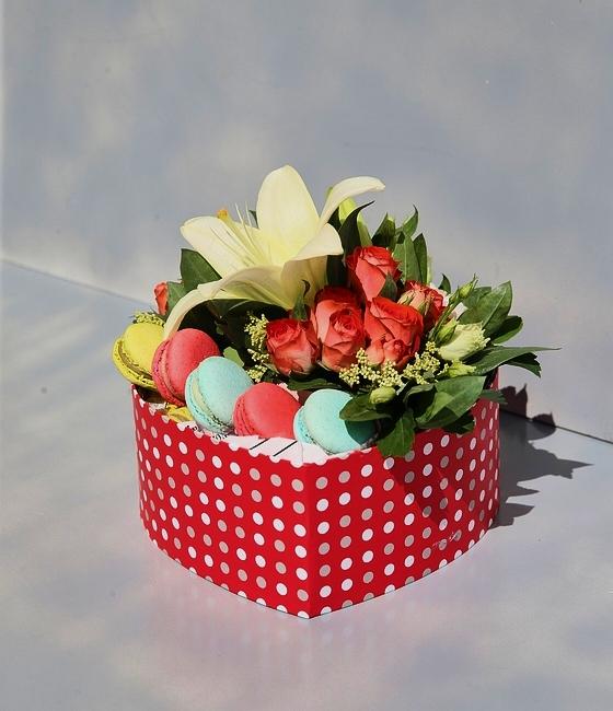 Композиция в коробочке с печеньем макароны