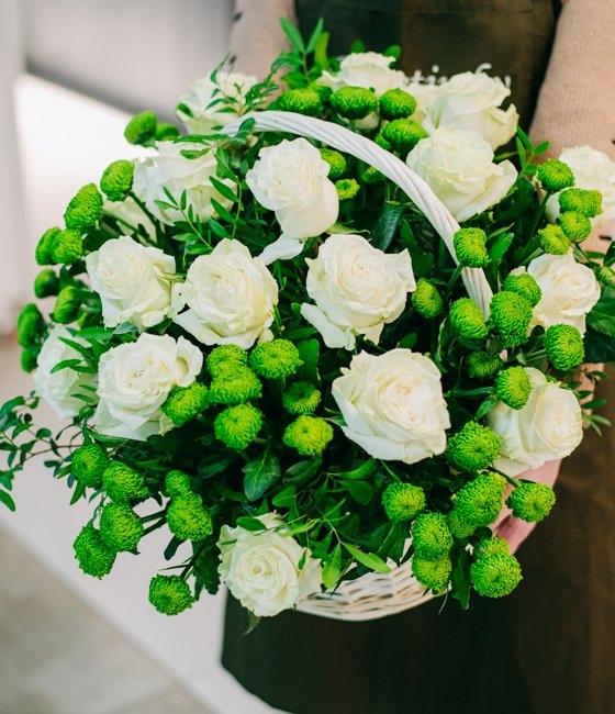Корзина из белых роз и зелёной хризантемы