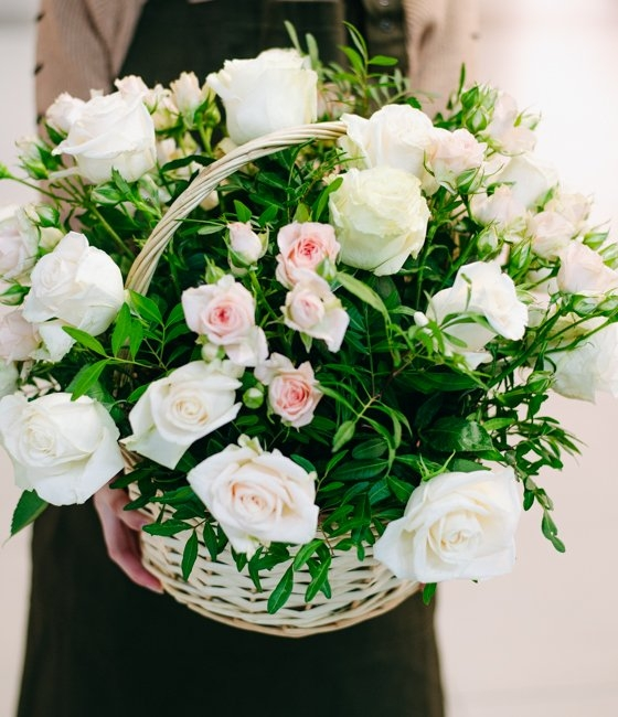 Композиция из белых роз и кустовых кремовых роз в корзине