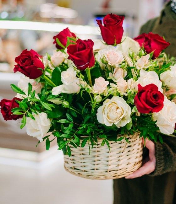 Композиция в корзине Розы на высоте
